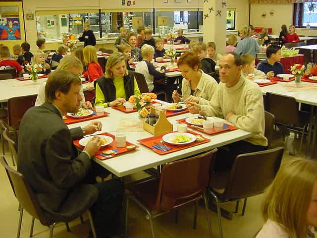 ogrenciler-yemeklerini-ogretmenlerle-birlikte-yiyiyor