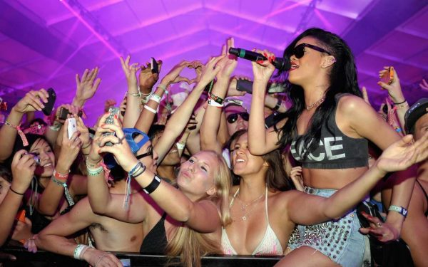 Rihanna_2012_Coachella_Valley_Music_&_Arts_Festival-15