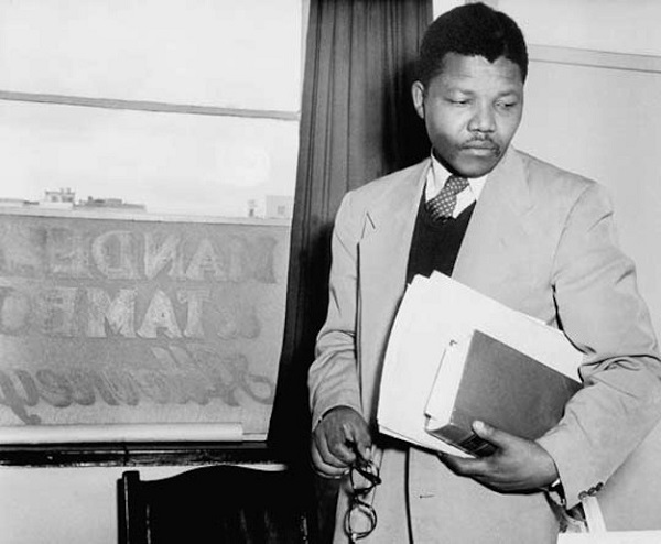 1943 - Afrika Ulusal Kongresine katildi mandela