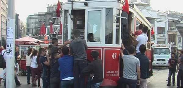 ece-ayhan-14-tramvaya-asilan-cocuklar
