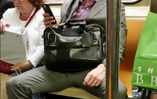 bacaklarini-topla-newyork-takim-canta