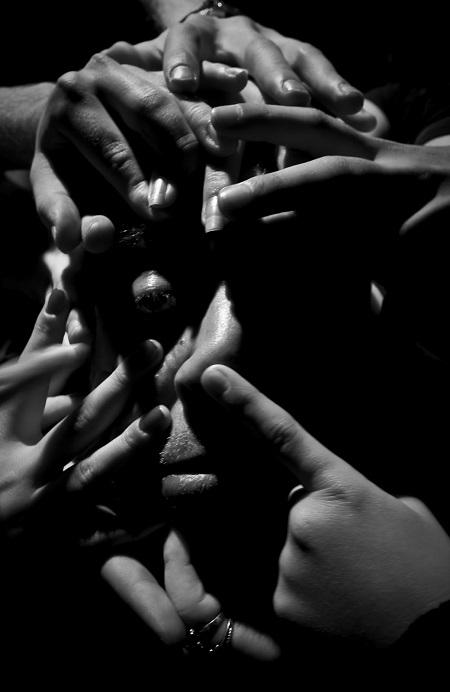 tiyatro-tutkusu-ellerle-kaplanmis-yuz