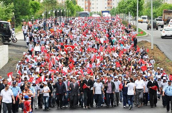 kalabalik-turk-bayrakli-genc-grup