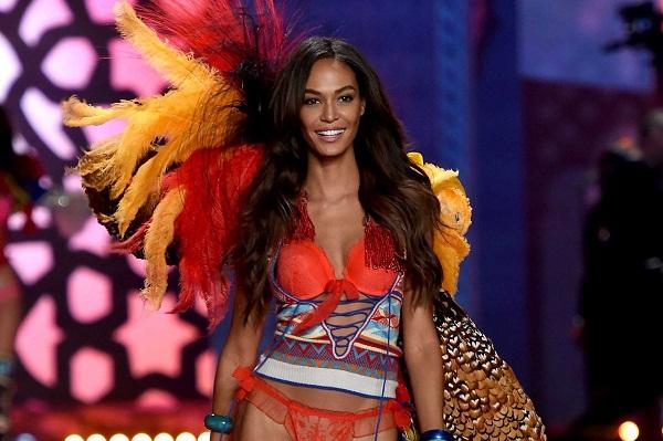 puerto-rican-model-joan-smalls-walks-the-runway