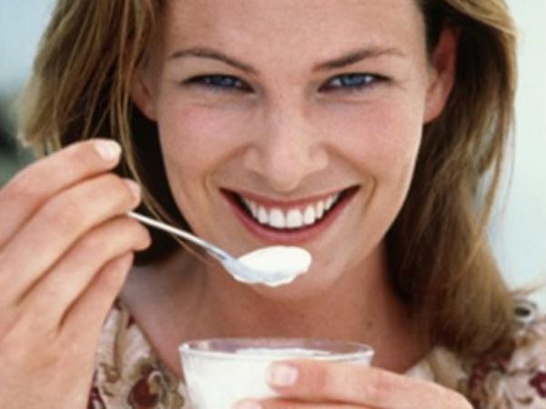 yogurt yiyen kiz