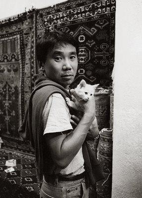 28-Haruki Japonya'nın son dönem en popüler yazarlarından olan Murakami, kendi ülkesinde fazlaca batı hayranı olmakla eleştiriliyor. Yazarın