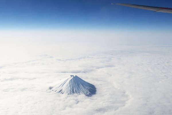 mount-fuji-from-an-airplane-above-the-clouds-15