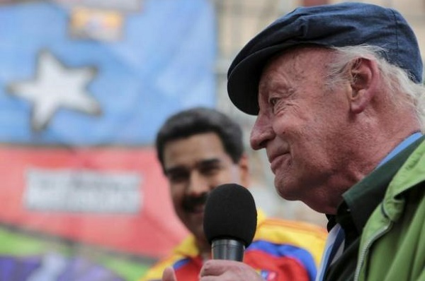 Uruguay's writer Eduardo Galeano speaks to the crowd after he received the Simon Rodriguez medal in Caracas