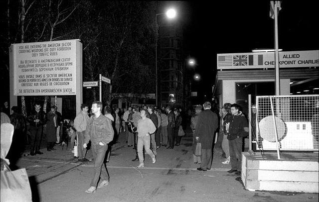 10-kasim-1989da-dogu-almanya-vatandaslari-checkpoint-charlieden-yuruyerek-bati-berline-gecti-listelist