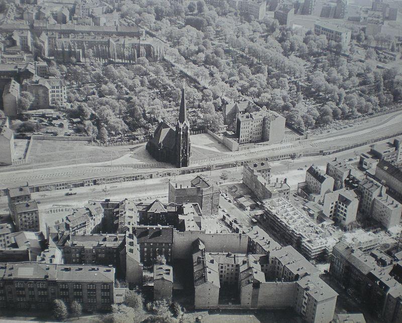 13-agustos-1961de-orulen-dogu-ve-bati-berlin-arasindaki-bu-beton-duvarin-uzunlugu-155-kilometreydi-listelist