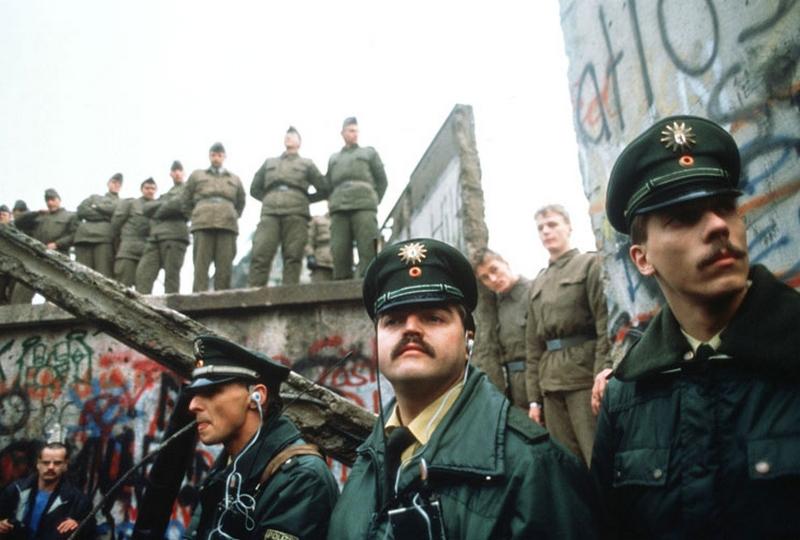 berlin-duvari-9-kasim-1989da-yikildi-bu-dogu-avrupada-komunizmin-cokusu-ve-soguk-savas-doneminin-sonunun-habercisi-oldu-listelist