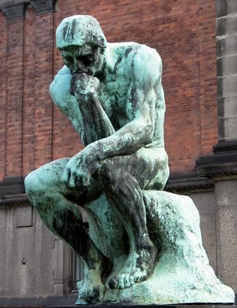 felsefi-bir-gozle-bakar-ve-daima-sorgular-listelist-listelist