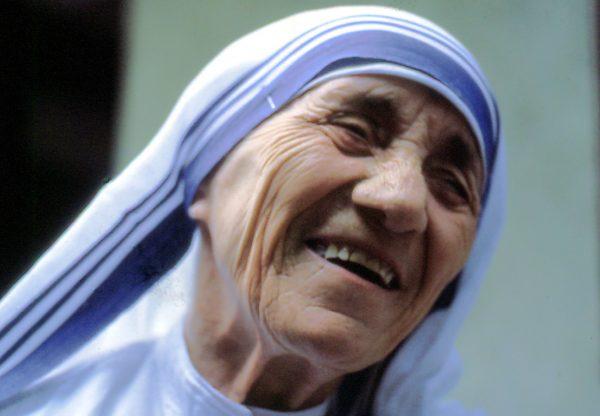 Mutter Teresa, lachend, Dezember 1985