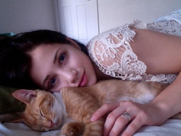 kedi-seven-kadin-sarilmak
