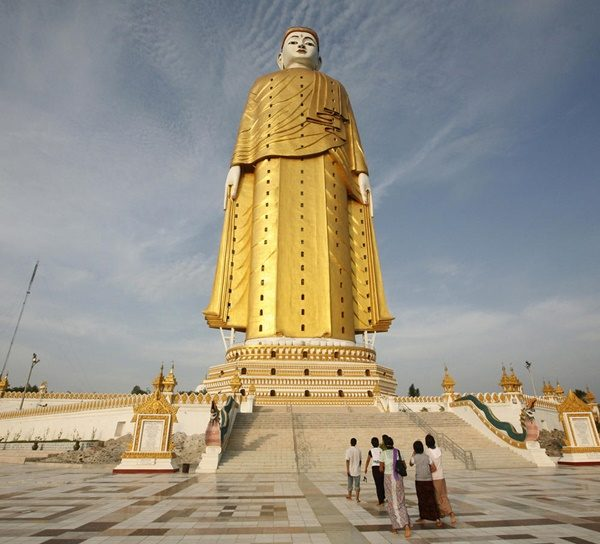 People visit the giant standing Buddha in Monywa, about 136 km (85 miles) northwest of Mandalay on June 16, 2009. Picture taken on June 16.   REUTERS/Soe Zeya Tun    (MYANMAR SOCIETY IMAGES OF THE DAY RELIGION)