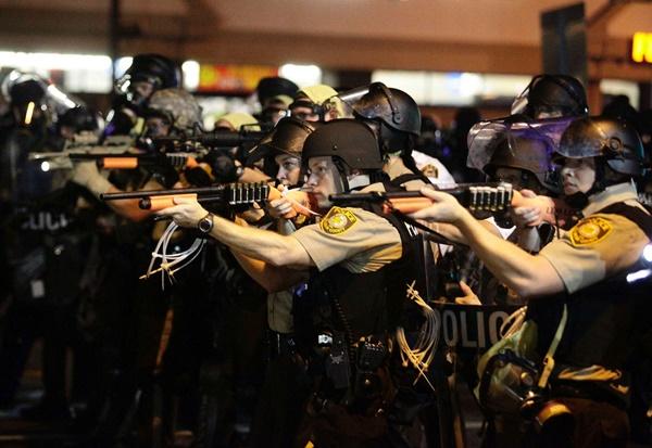 michael-brownin-polis-tarafindan-oldurulmesinin-ardindan-baslayan-ferguson-olaylari-listelist
