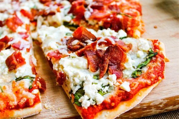 Pizzayi-domates-soslu-yiyin-listelist