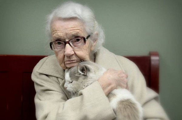 WOMAN-WITH-CAT-
