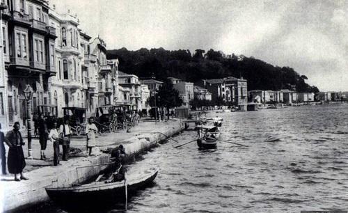 yasadigi-donemde-istanbul-yalilarinda-kalan-aileler-arasinda-esrar-kullaniminin-yaygin-olmasi-romanlarini-etkiledi-listelist