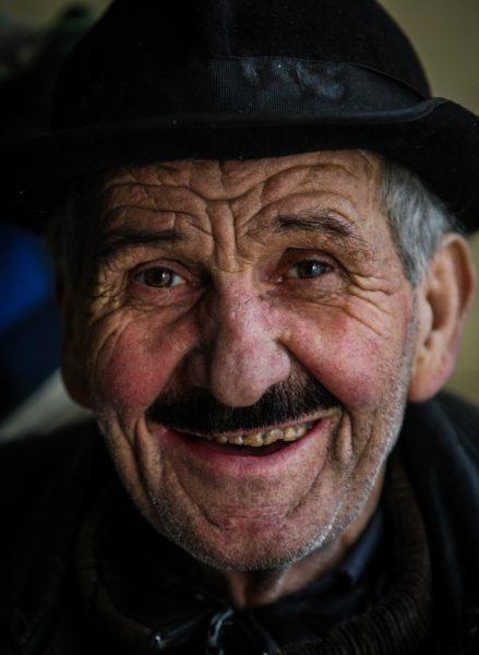 Bursa'da, galericilik yaparken 10 yıl önce iflas eden 72 yaşındaki Mehmet Yavuz, ucuza temin ettiği ikinci el ayakkabıları onarıp satarak geçimini sağlıyor. Demirtaşpaşa Metro İstasyonu yakınındaki bir alt geçitte açtığı dükkanda, çöpten topladığı ve vatandaşlardan aldığı ayakkabıları tamir eden Mehmet Yavuz, kendi yaptığı küçük teneke sobada ısınmaya çalışıyor. (Sergen Sezgin - Anadolu Ajansı)