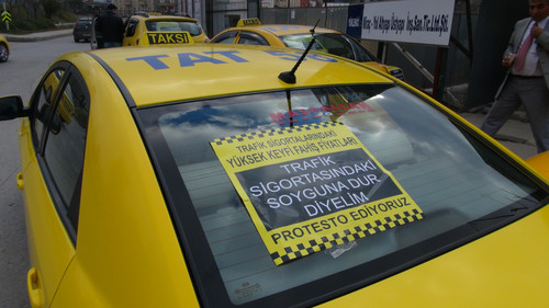 Kadikoy'de Kartal Taksi Duraklari Dernegi tarafindan duzenlenen eylemde zorunlu trafik sigortalarina yapilan zamlar protesto edildi. Eyleme evden eve nakliyecilik yapan esnaf de destek verdi.