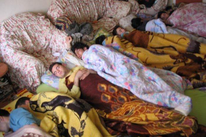 ogrenci-evi-battaniyeli-uyuyan-bir-takim-adamlars