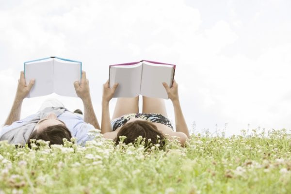 kitap-okuyan-cift
