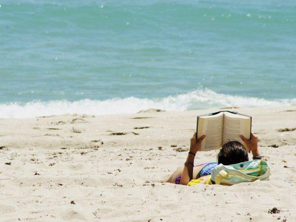 sahilde-kitap-okumak