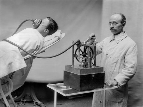 FRANCE - CIRCA 1913:  R. Dubois anesthetizing machine . France, on 1913.  (Photo by Boyer/Roger Viollet/Getty Images)