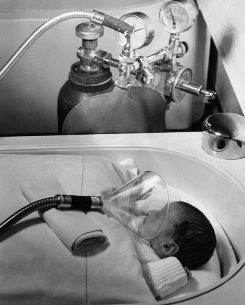 (GERMANY OUT) Germany, (III.Reich): Public health - pretime neonates hospital ward, Berlin, ChariteIncubator - adminstering of oxygen to a neonate.July 1939 No further information.- undated- Photographer: H.H.HartmannPublished by: 'Berliner Illustrirte Zeitung' 29/1939Vintage property of ullstein bild (Photo by H. H. Hartmann/ullstein bild via Getty Images)