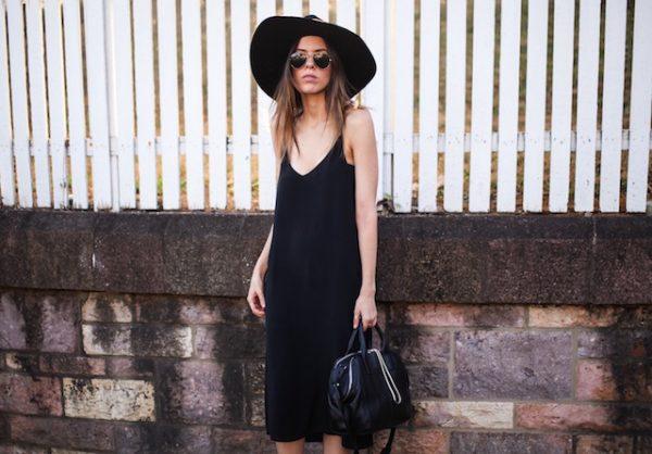siyah askılı elbise + şapka kombini