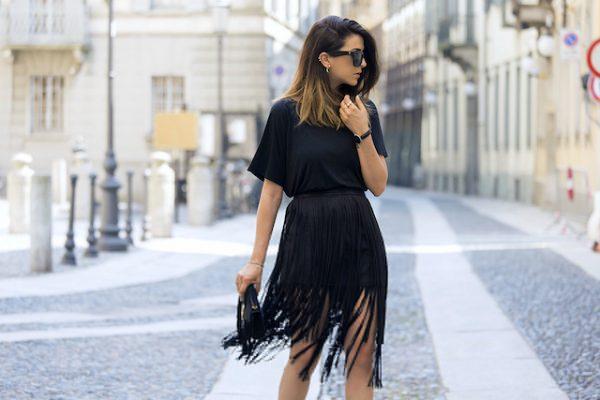 siyah mini etek + siyah tişört kombini