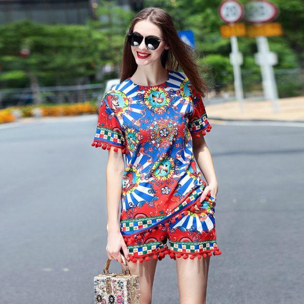 01 renkli kıyafet giyen kadınlar