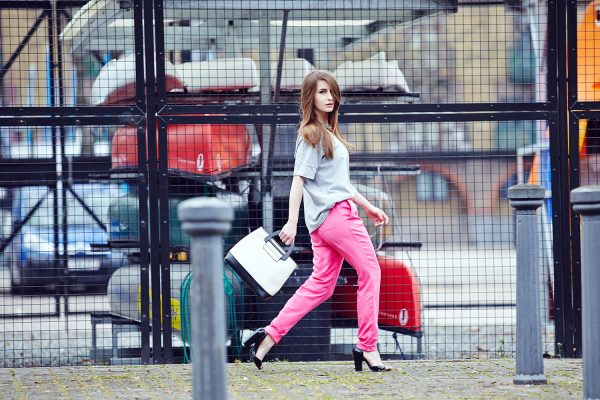 010 renkli kıyafet giyen kadınlar