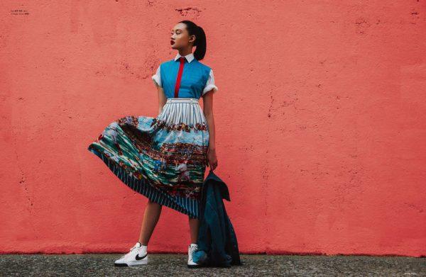012 renkli kıyafet giyen kadınlar