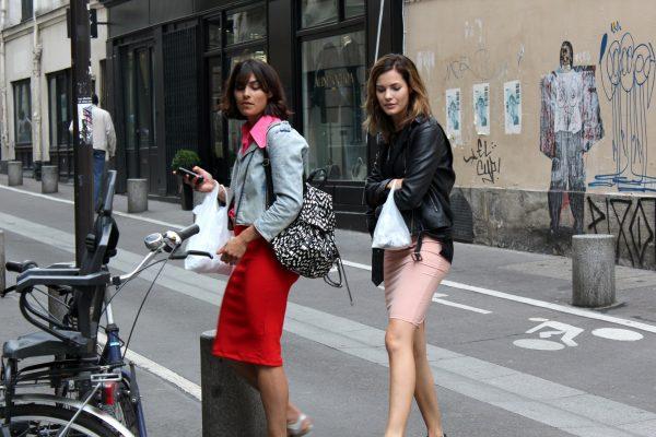 016 renkli kıyafet giyen kadınlar