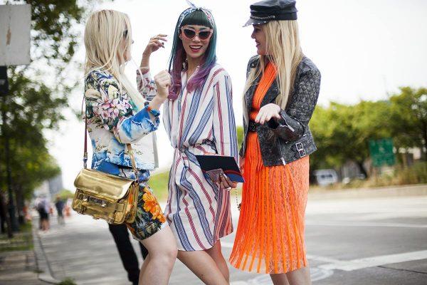 017 renkli kıyafet giyen kadınlar