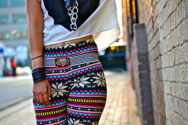 020 renkli kıyafet giyen kadınlar