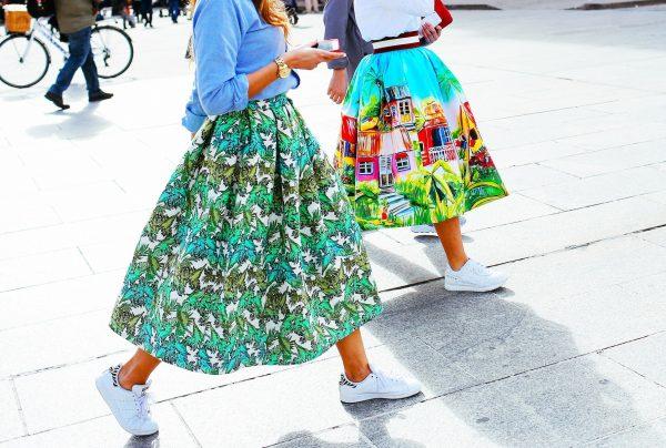 021 renkli kıyafet giyen kadınlar