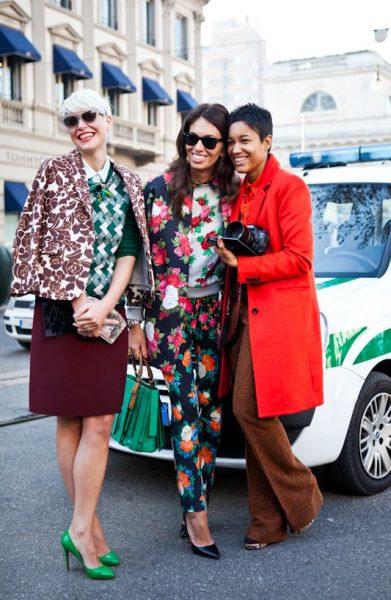 07 renkli kıyafet giyen kadınlar