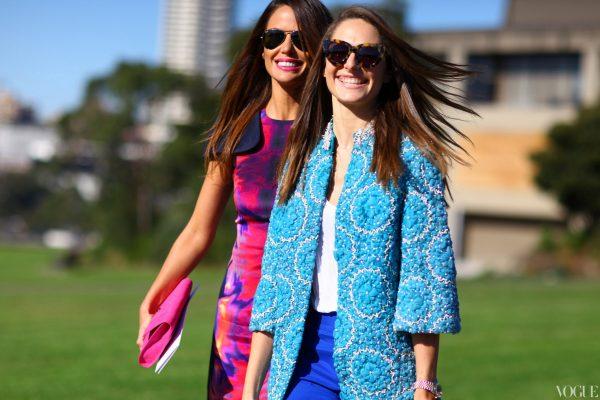 09 renkli kıyafet giyen kadınlar