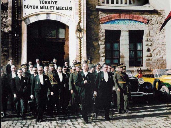 """3. """"Türk milletinin karakterine ve adetlerine en uygun olan idare, Cumhuriyet idaresidir."""" Mustafa Kemal Atatürk"""