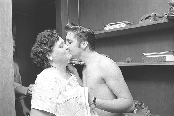 elvis kisses his mother