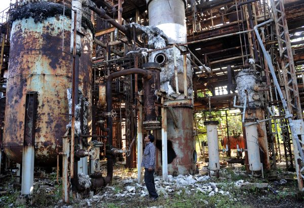 (FILES) In this photo taken on November 18, 2009, the Union Carbide factory, which now lies abandoned, is seen in Bhopal. An Indian court was due June 7, 2010, to hand down verdicts on the Bhopal gas leak, an industrial accident 25 years ago in which tens of thousands of people died or suffered horrific health problems. A lethal plume of gas escaped from a storage tank at the Union Carbide pesticide factory in the early hours of December 3, 1984, killing thousands instantly in the world's worst industrial disaster.  AFP PHOTO/RAVEENDRAN/FILES