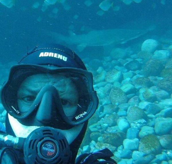 diver-cuddles-shark-rick-anderson-australia-6