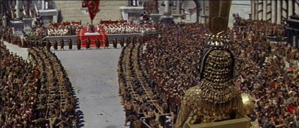 1963 yılında çekilen Cleopatra filmi. Filmde yaklaşık olarak 5000 figüran kullanılmış ve film 500 metrekarelik bir sette çekilmiş.
