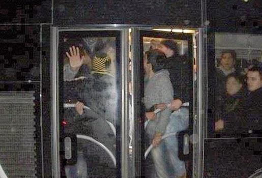 metrobuste-rahat-yolculuk-icin-6-yontem-metrobus-yolculuk-kalabalik-1391277