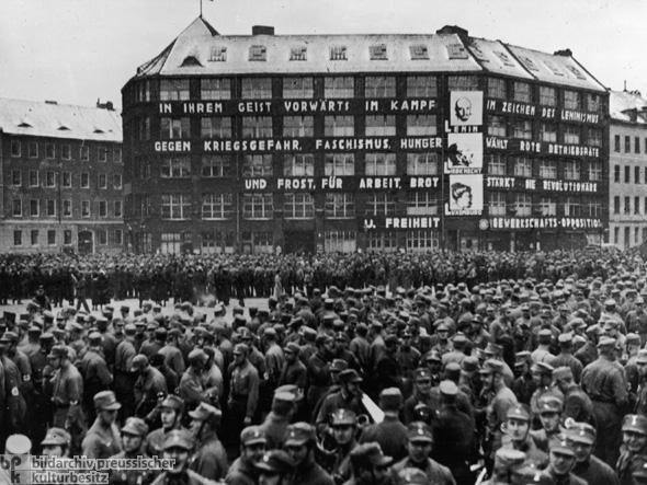 Aufmarsch von  SA und SS vor dem Karl-Liebknecht-Haus, der Parteizentrale der KPD, auf dem Berliner Blowplatz.