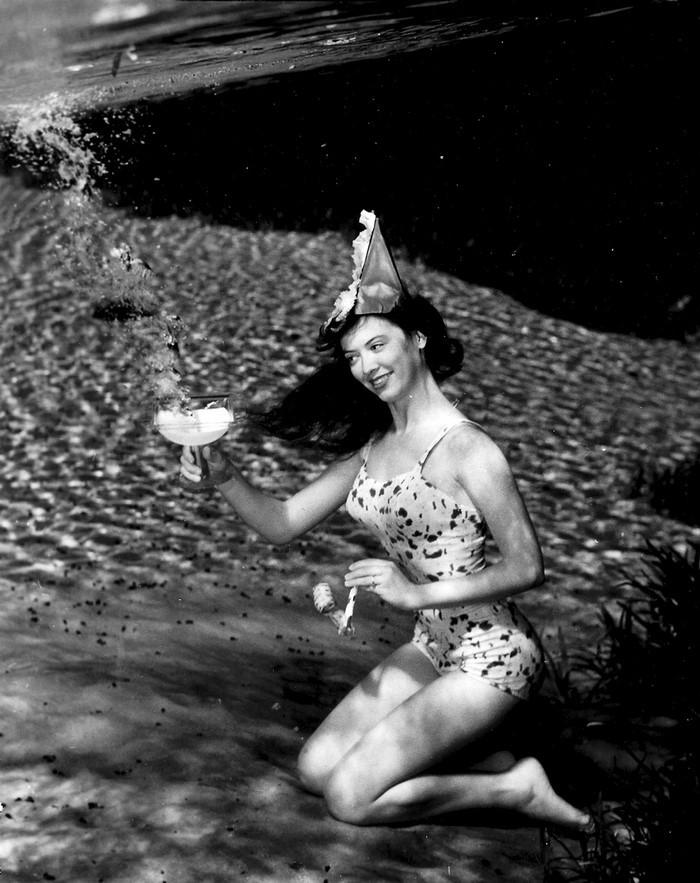 underwater-pinups-photography-1938-bruce-mozert-9-58930edec3ab1-jpeg__700