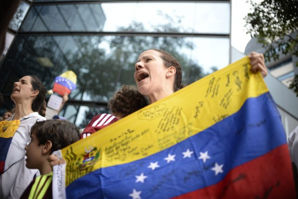 Venezuelan citizens protest in the vicinity of the Venezuelan embassy in Guatemala asking for a recall referendum against President Nicolas Maduro, in Guatemala City on September 1,2016. / AFP PHOTO / JOHAN ORDONEZJOHAN ORDONEZ/AFP/Getty Images ** OUTS - ELSENT, FPG, CM - OUTS * NM, PH, VA if sourced by CT, LA or MoD **